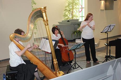Evelin Trinks (Harfe), Claudia Ludwig (Cello) und Roswitha Haupt (Querflöte)